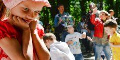 Усыновлять детей, имея диагноз ВИЧ, нельзя, постановил Верховный суд России