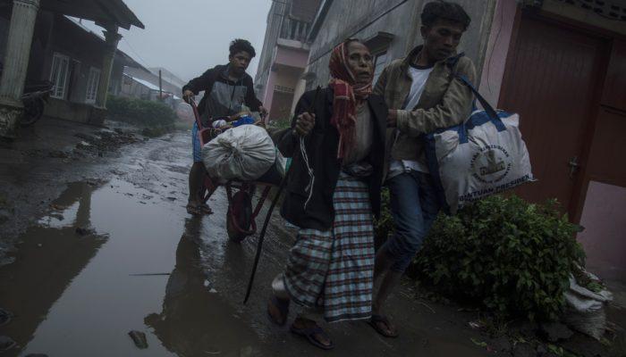 В Индонезии из-за извержения вулкана Синабунг идёт эвакуация (видео)