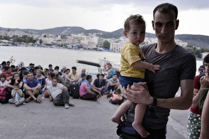 Сирийские беженцы, прибывшие на остров Лесбос, ждут регистрации в порту Митилини в очереди длиной 6 км, Греция, 18 июня, 2015 года. Фото: LOUISAGOULIAMAKI /AFP /GettyImages