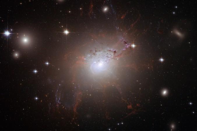 Гигантская галактика NGC 1275 в созвездии Персей. Фото сделано при помощи телескопа Hubble в июле и августа 2006 г. Фото: NASA/ESA via Getty Images