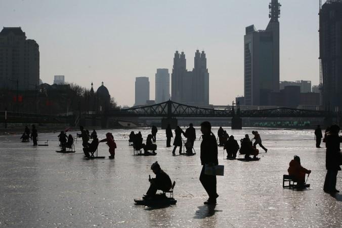 Дети играют на льду замёрзшей реки Хайхэ 26 января 2009 года, Тяньцзин, Китай. Фото: China Photos/Getty Images