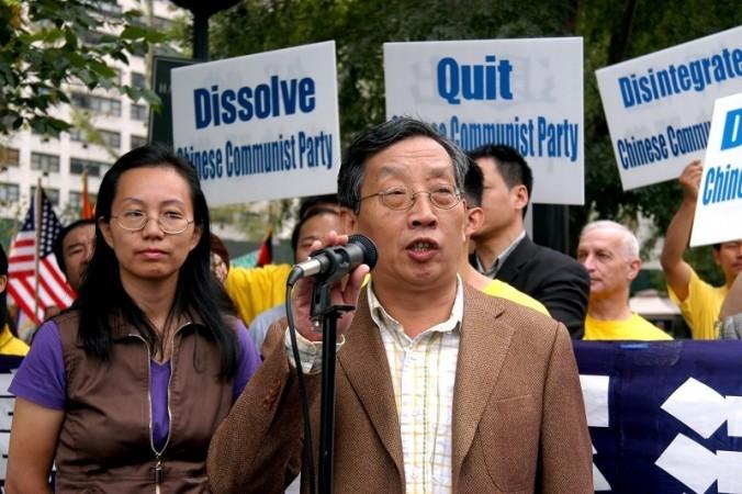 Ху Пин (в центре), основатель и главный редактор журнала «Пекинская весна», выступает на митинге против преследования сторонников Фалуньгун в Китае, Нью-Йорк, 22 сентября 2011 года. Фото: Huang Yiyan/Epoch Times