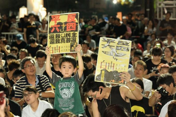 Мальчик держит плакат с надписью «Оправдать движение 4 июня, мы требуем демократии и истинного всеобщего избирательного права», Гонконг, 4 июня 2015 года. Фото: Epoch Times