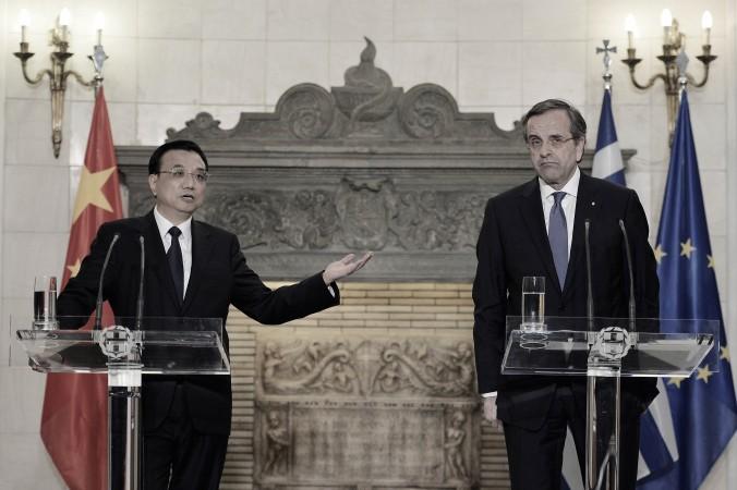 Премьер-министр Китая Ли Кэцян (слева) и премьер-министр Греции Антонис Самарас принимают участие в совместной пресс-конференции в Афинах 19 июня 2014 года. Фото: Louisa GouliamakiAFP/Getty Images
