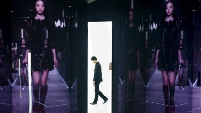 Экспозиция французского люксового бренда Louis Vuitton в Пекине, 9 апреля 2015 года. Китай считается крупнейшим в мире рынком предметов роскоши. Однако китайцы стараются скупать брендовые товары за рубежом из-за антикоррупционной кампании, высоких пошлин на импорт и огромных розничных наценок. Фото: Wang Zhao/AFP/Getty Images