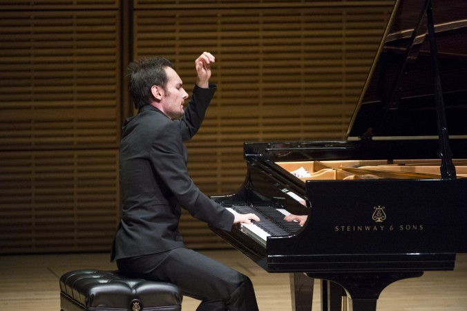 Победитель Международного конкурса пианистов Тимур Мустакимов выступает на концерте лауреатов конкурса 5 октября 2014 г. в Карнеги-Холле, Нью-Йорк. Фото: Dai Bing/Epoch Times