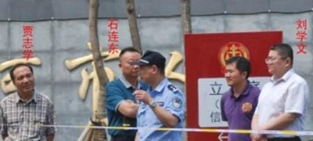 Китайские чиновники Ши Ляньдун, Гу Чжисюэ и Лю Сюэвэнь у здания Народного суда в городе Саньхэ, провинции Хэбэй. Фото: theepochtimes.com