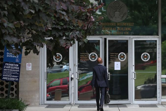 Вход в федеральное здание Теодора Рузвельта, в котором размещается Офис по управлению персоналом, 5 июня, Вашингтон. Китайские агенты могут использовать данные, украденные во время кибератак, чтобы вербовать шпионов в США. Фото: Mark Wilson/Getty Images