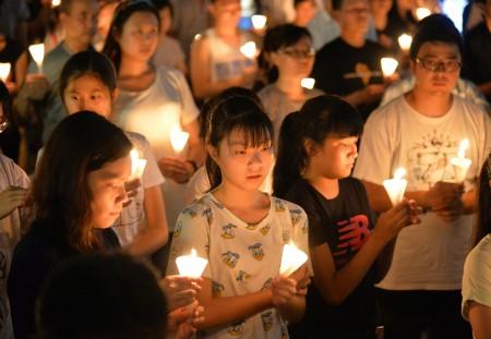 Студенты участвуют в ежегодной акции с зажжёнными свечами, чтобы почтить память жертв бойни на площади Тяньаньмэнь, 4 июня 2015 года, Гонконг. Фото: Epoch Times