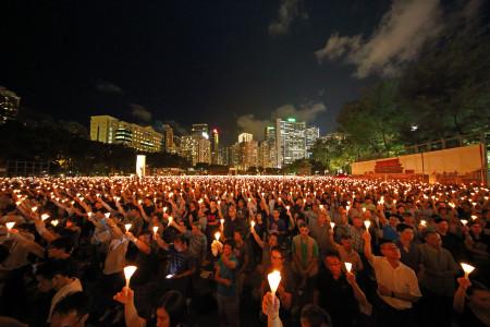 135 000 свечей зажглись в гонконгском парке «Виктория» 4 июня 2015 года в память о жертвах бойни на площади Тяньаньмэнь. Фото: Epoch Times