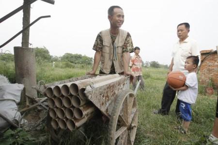 Ян Юдэ стоит около самодельной артустановки, которой он защищал своё жильё от принудительного сноса, 6 июня 2010 года. Фото: theepochtimes.com