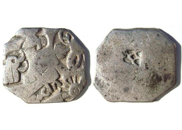 Монеты  эпохи Маурьев. Фото: Wikimedia Commons
