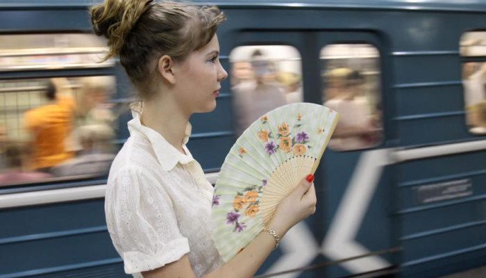 Пассажиры московского метро в жару получат вееры и салфетки