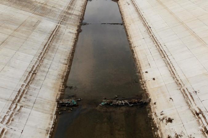Канал в городе Наньян провинции Хэнань, 27 сентября 2013 года. Колоссальный проект по переброске воды с юга на север стал пустой тратой денег налогоплательщиков. Фото: AFP/AFP/Getty Images
