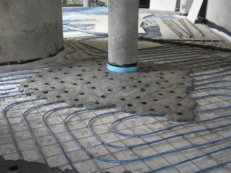 Полусухая стяжка укладывается и на тёплый пол. Фото: prestigehouse.ru