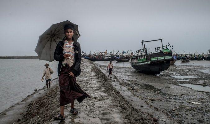 Беженцы рохинджа вынуждены сутками ждать в открытом море, чтобы бежать из Мьянмы