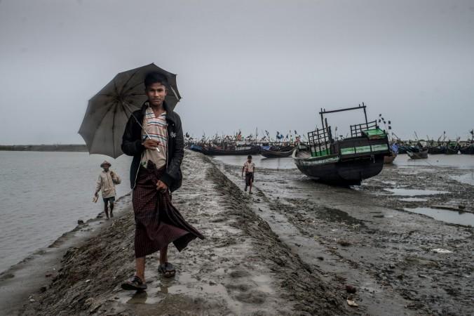 Представитель народности рохинджа идёт по побережью в городе Ситуэ, Мьянма, 24 мая 2015 года. Фото: Jonas Gratzer/Getty Images
