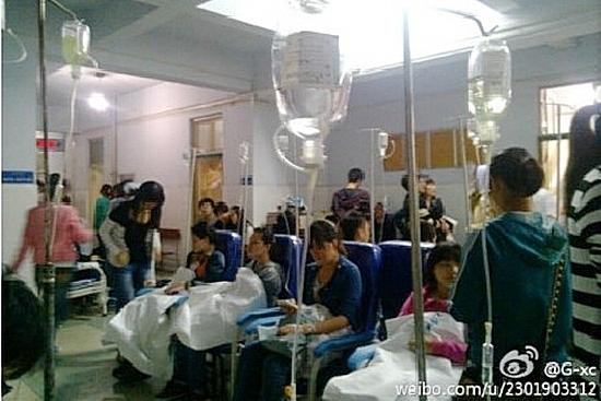 В Китае нередко происходят случаи массового пищевого отравления учащихся. На фото студенты Хэнаньского педагогического института, отравившиеся некачественной едой в столовой. Фото с epochtimes.com