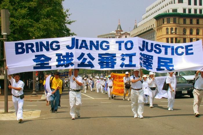 Надпись на плакате на китайском: «Привести Цзян Цзэминя к международному суду». Шествие последователей Фалуньгун за пределами Китая. Фото: The Epoch Times