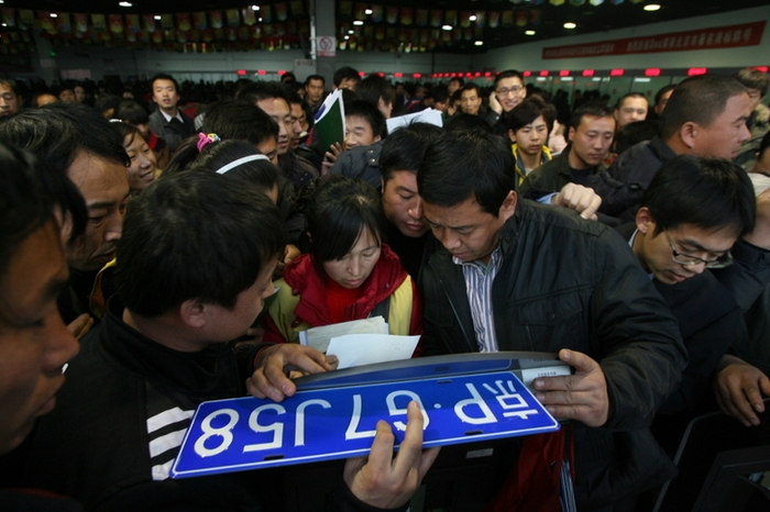 В Китае чиновники продали тысячи фальшивых автомобильных номеров. Фото с epochtimes.com