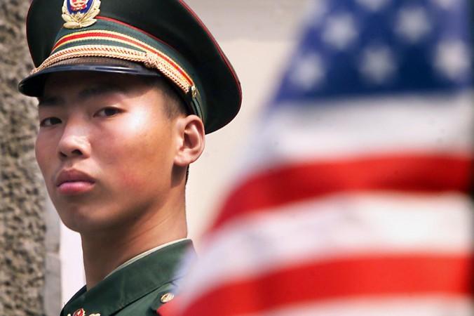 Китайский полицейский дежурит перед посольством США в Пекине. Новые законы позволят компартии Китая эффективнее шпионить за пользователями. Фото: Stephen Shaver/AFP/Getty Images