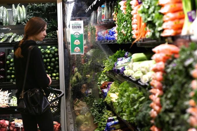 Посетительница рассматривает овощи в магазине Сан-Франциско. Фото: Justin Sullivan/Getty Images