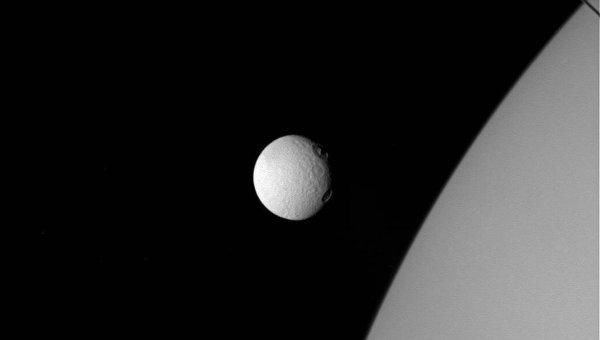 Cassini сфотографировал два крупных кратера на спутнике Сатурна. Фото: NASA