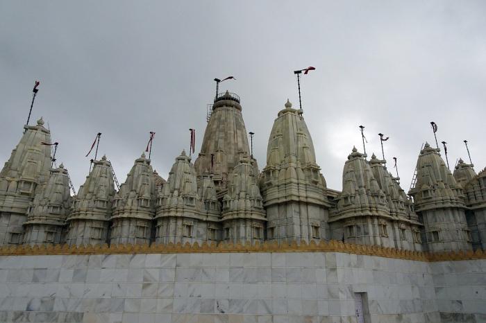 Богатейший индийский бизнесмен ушёл в монастырь