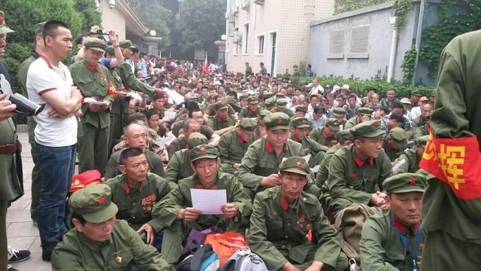 Ветераны обращаются к правительству с требованием улучшить их условия жизни. Пекин. Июнь 2015 года. Фото с epochtimes.com