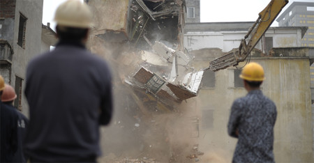 Рабочие сносят дом в деревне Янцзы провинции Гуанчжоу 21 марта 2012 года. Фото: STR/AFP/Getty Images