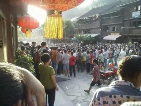 Протесты местных жителей древнего посёлка Чжаосин. Провинция Гуйчжоу. Июнь 2015 год. Фото с epochtimes.com