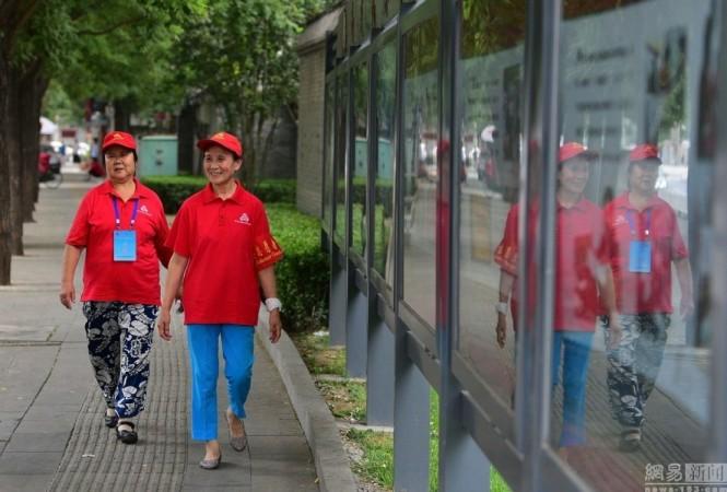 Китайские добровольцы по поддержанию общественного порядка. Фото: Screenshot via Weibo