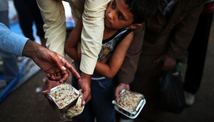 В Египте детей привлекают в школу бесплатными продуктами (видео)