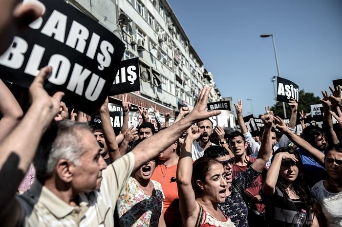 Митинг курдов против обстрела их лагерей турецкими властями, Стамбул, 26 июля 2015 года. Фото: OZAN KOSE/AFP/Getty Images