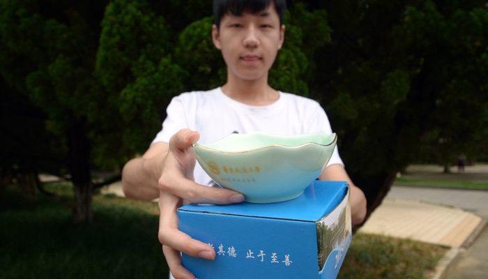 Выпускникам вузов в Китае дарят миску для риса — вселяющий тревогу подарок