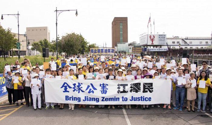 Последователи Фалуньгун проводят акцию у китайского посольства в Нью-Йорке в знак поддержки судебных исков, которые в настоящее время подаются в Китае против Цзян Цзэминя, 3 июля 2015 г. Фото: Larry Dye/Epoch Times