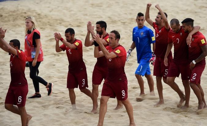 Сборная Португалии по пляжному футболу празднует победу. Фото: FRANCISCO LEONG/AFP/Getty Images