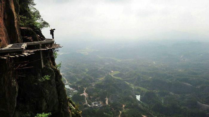 Буквально жизнь на краю обрыва. Фото: Image: youth.cn