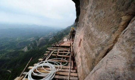 Cliff-Gallery-road-China-worker-2-600x357