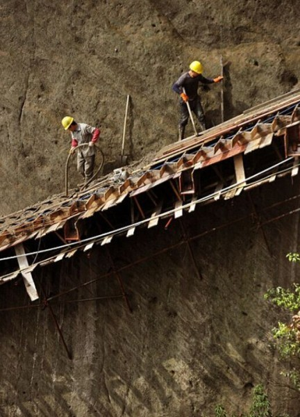 Cliff-Gallery-road-China-worker-5-432x600
