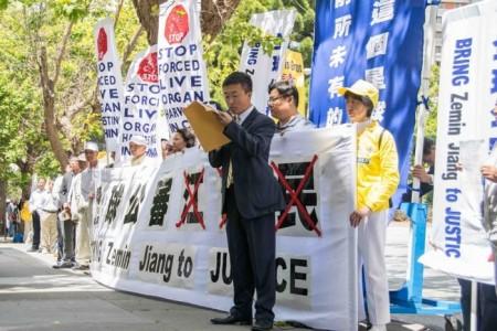 Юй Ян выступает на акции перед китайским консульством 1 июля. Ян рассказал о своём иске, поданном на Цзян Цзэминя. Фото: Mark Cao/Epoch Times
