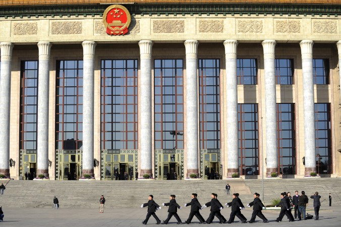 Служба безопасности перед съездом всекитайского собрания народных представителей в Пекине, 9 марта 2011 года. Фото: Liu Jin/AFP/Getty Images