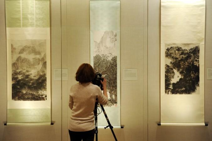 Женщина фотографирует китайскую живопись в Метрополитен-музее в Нью-Йорке, 20 января 2012 года. Фото: Stan Honda/AFP/Getty Images