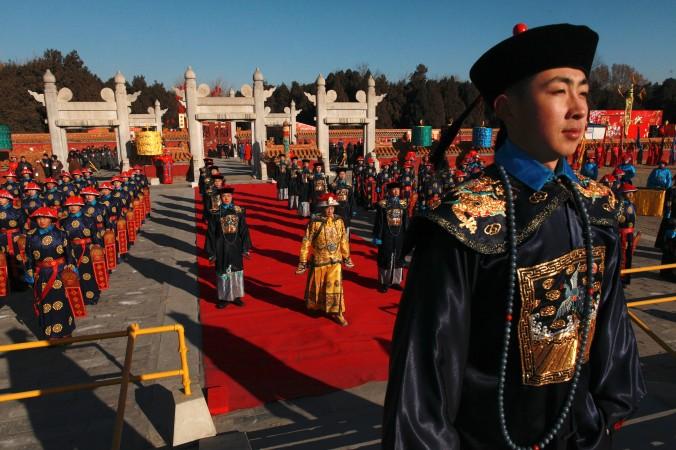 Театрализованное представление в стиле династии Цин в парке Храма Земли, Пекин, 22 января 2012 года.  Во время церемонии императоры молились за благосостояние страны. Фото: Ed Jones/AFP/Getty Images
