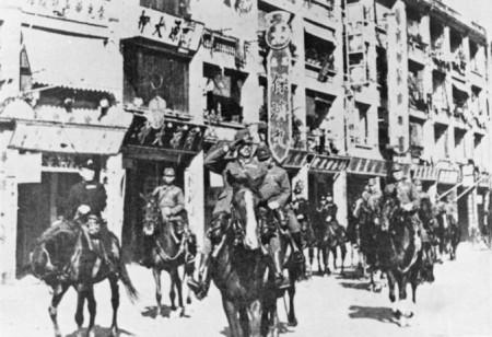 Китайские военнопленные под конвоем японских войск вблизи горы Муфу между северной границей городской стены Нанкина и южным берегом реки Янцзы