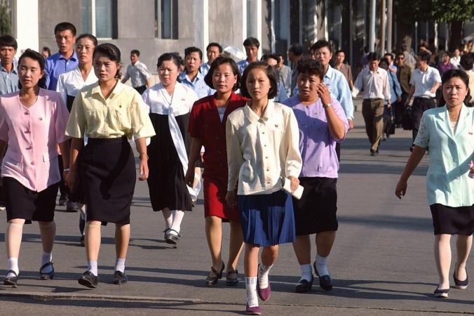 Северокорейские женщины идут к станции метро после работы, 16 сентября 2002 года в Пхеньяне, Северная Корея. Фото:  Japan Pool/Getty Images