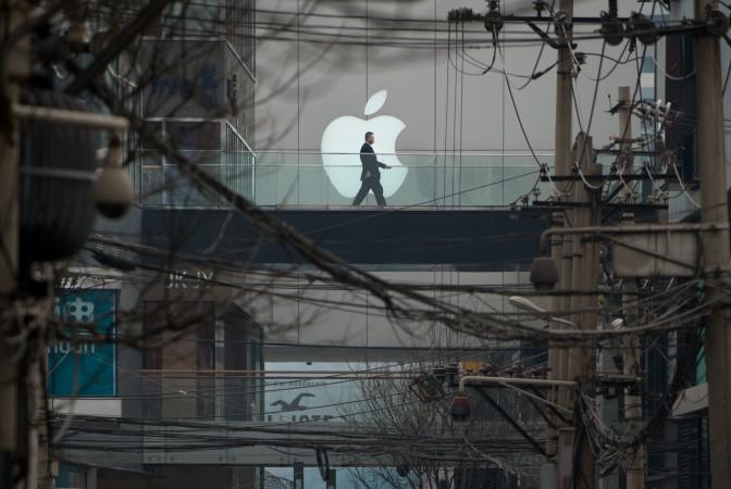 Человек проходит мимо логотипа Apple перед в торговым центром в Пекине 29 марта 2013 года. Фото: Джонс / AFP / Getty Images