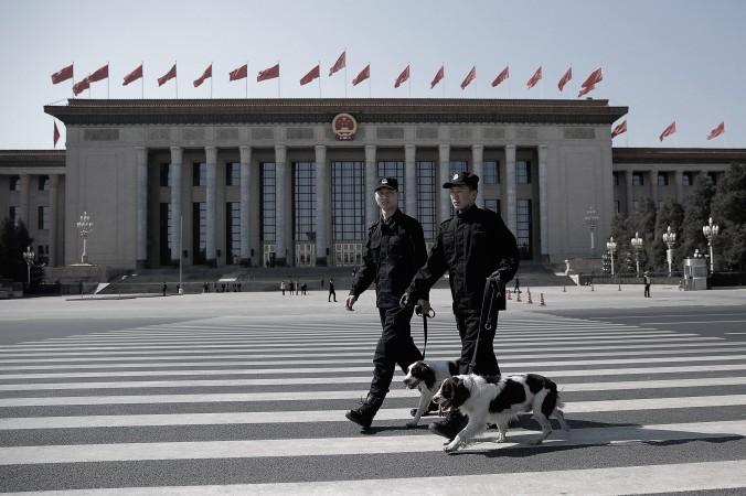 Два полицейских с собаками у Дома народных собраний в Пекине 13 мая 2015 года. Фото: Lintao Zhang/Getty Images