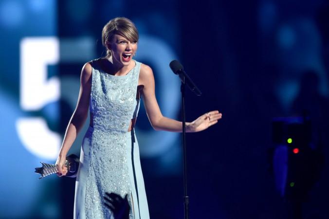 Тейлор Свифт принимает награду на 50-й церемонии вручения наград в области кантри, Арлингтон, Техас, 19 апреля 2015 года. Фото: Cooper Neill/Getty Images