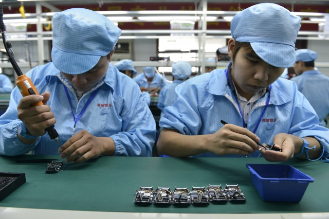 Китайские рабочие собирают дешёвые «умные часы» на фабрике в Шэньчжэне в провинции Гуандун. Фото: STR/AFP/Getty Images